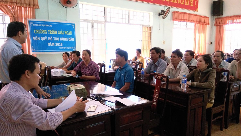 Hội Nông dân thị xã Bình Long, Bình Phước giải ngân nguồn vốn quỹ HTND góp phần phát triển kinh tế cho nông dân (ảnh: HND Bình Phước)