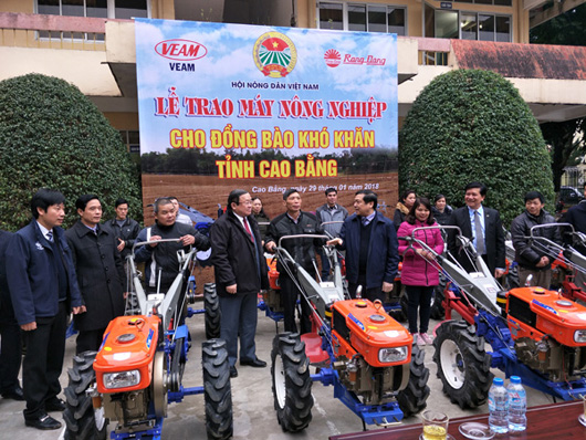 Presenting poor farmers in Cao Bang Province with 10 agricultural machines