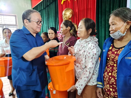 VNFU Chairman gives more than 1,500 dignity kits to female farmer members in Quang Nam province