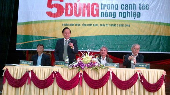 Chuyên gia Nguyễn Lân Hùng trả lời câu hỏi của bà con tại hội thảo