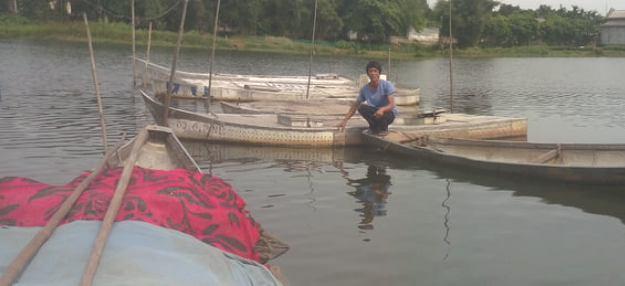 Anh Nguyễn Văn Văn – Tổ trưởng Tổ hợp tác nuôi cá nước ngọt đang kiểm tra các lồng cá