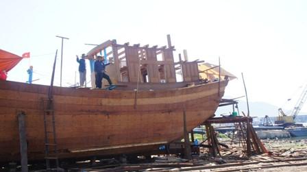 Tàu vỏ gỗ vẫn được ngư dân Quảng Trị lựa chọn nhiều hơn. Ảnh: VGP/Minh Trang