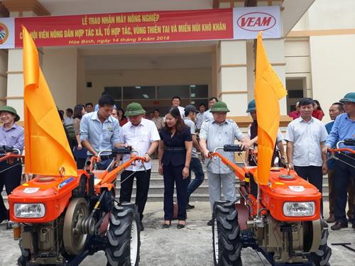 TƯ Hội NDVN phối hợp trao 15 máy nông nghiệp cho nông dân Hòa Bình