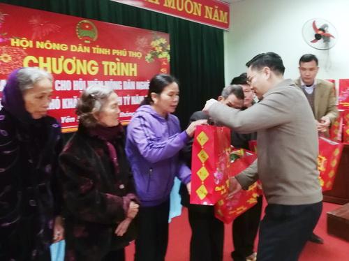 Hội ND Phú Thọ: Tặng quà Tết cho hộ nghèo, gia đình chính sách và trẻ em nhiễm chất độc màu da cam