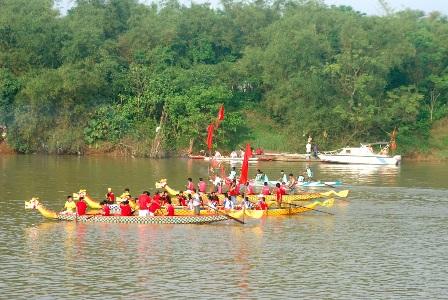 Hội ND xã Triệu Vân tham gia giải đua thuyền truyền thống nhân kỷ niệm 110 năm ngày sinh Cố Tổng Bí thư Lê Duẩn tại làng Hậu Kiên, xã Triệu Thành- huyện Triệu Phong