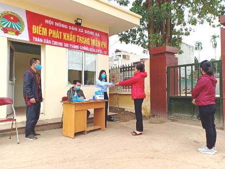 Hà Nội: Cán bộ, hội viên, nông dân ủng hộ tiền, nhu yếu phẩm góp phần phòng, chống dịch Covid-19