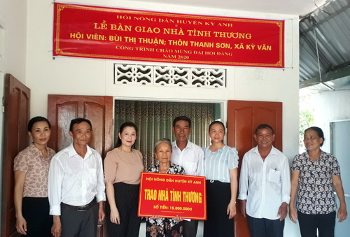 Phó Chủ tịch Hội ND huyện (người thứ ba bên trái) trao số tiền tượng trưng cho gia đình bà Bùi Thị Thuận