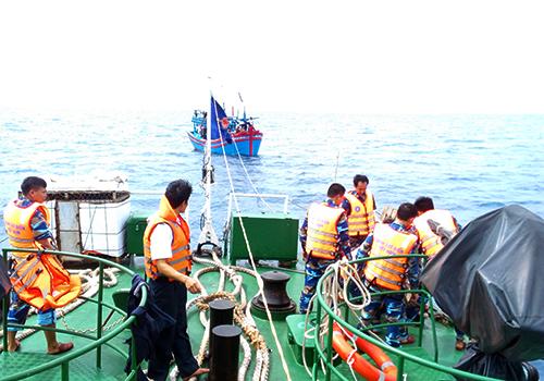 Cảnh sát cứu 10 ngư dân trên biển