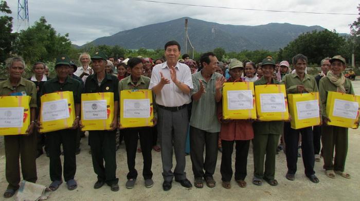 Ninh Thuận, Thái Nguyên: Tặng quà cho nông dân nghèo đón Tết Đinh Dậu
