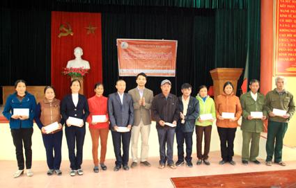 Ninh Bình: Hội ND - Công ty phân bón miền Nam chung tay giúp đỡ bà con vùng lũ