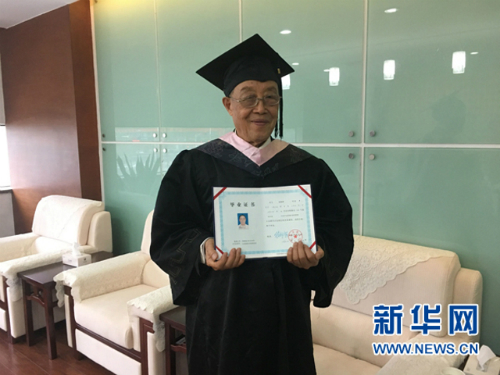 Cụ ông nhận bằng cử nhân ở tuổi 88