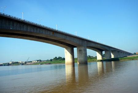 Bảo đảm thoát lũ, an toàn đê điều khi xây cầu qua sông có đê