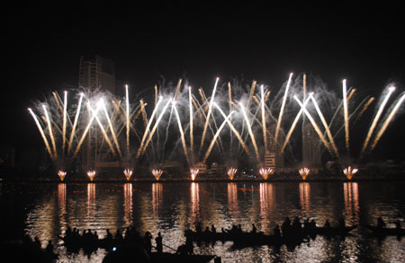 Fireworks Competiton spacks the Han River
