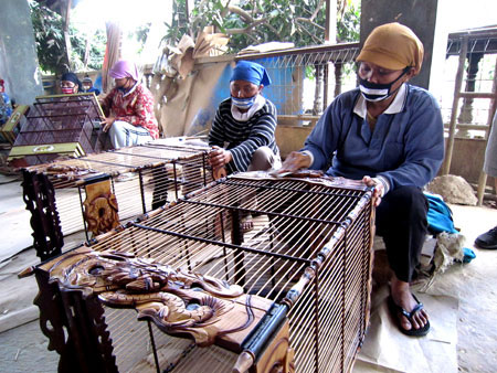 Indonesian villagers fashion bird cages to furnish income