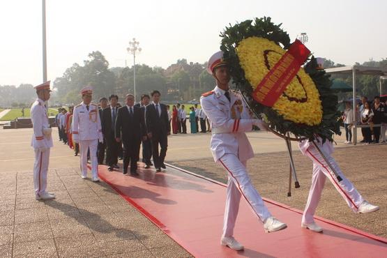Đoàn cán bộ Hội NDVN vào Lăng viếng Bác