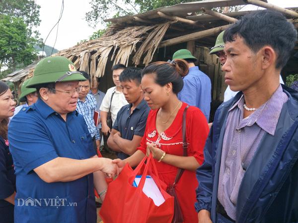 Chủ tịch Hội NDVN trao quà cho đồng bào vùng lũ